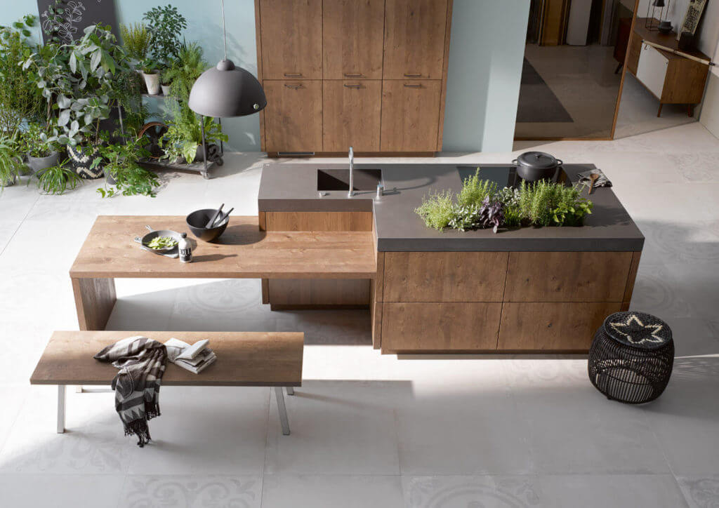 Holz-Küche mit dicker Arbeitsplatte aus Naturstein; Foto: Alno