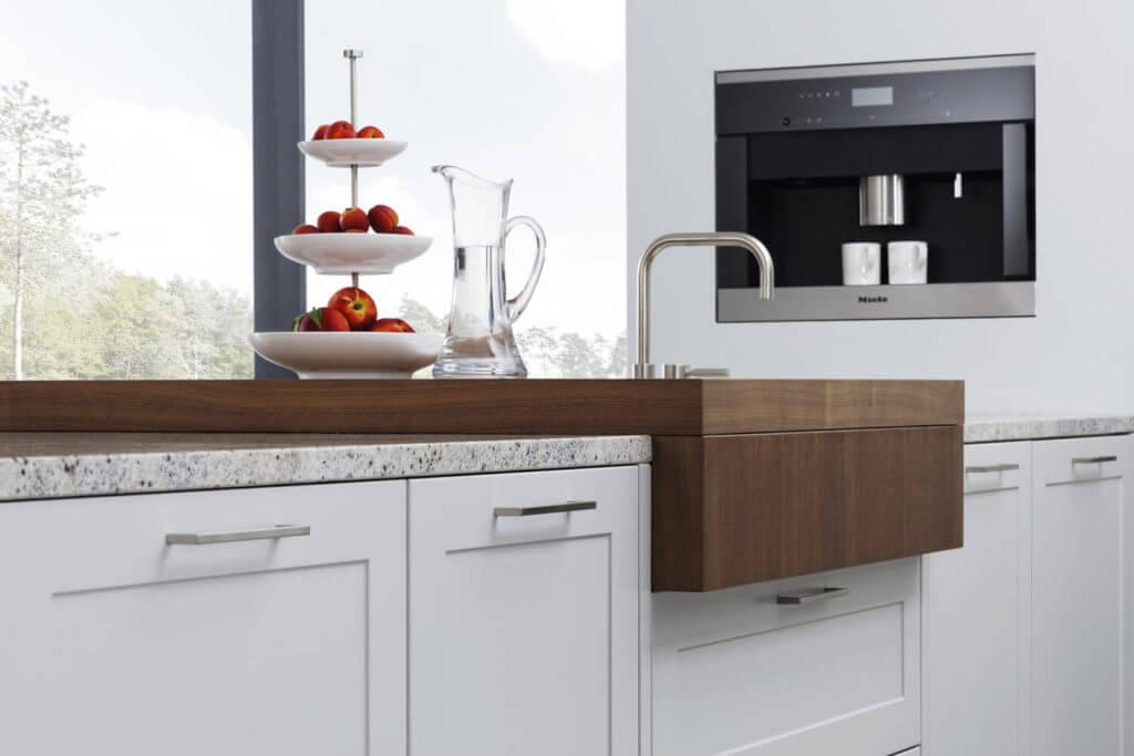 Weiße Küche mit Arbeitsplatte aus Naturstein; Foto: Leicht Küchen