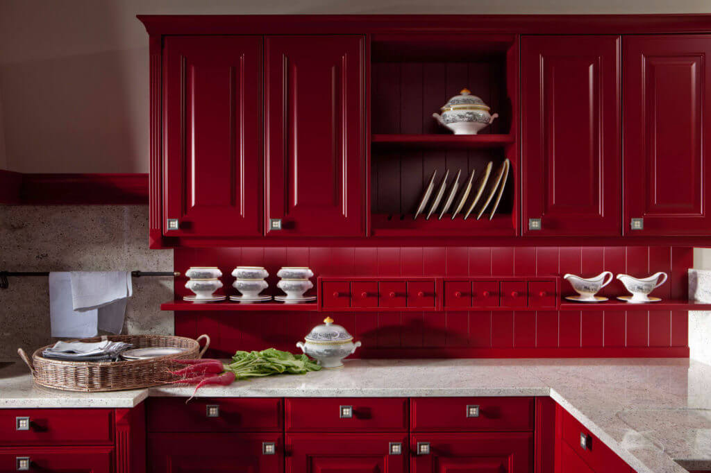 Amerikanische Landhausküche mit klassischen Fronten in Rot und Steinarbeitsplatte; Foto: Leicht Küchen