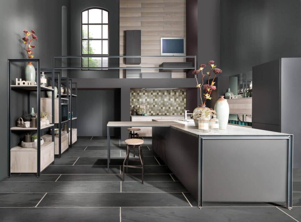 Dunkle Küche mit Insel und offenen Regalen; Foto: bauformat