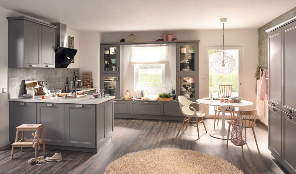Graue Küche im Landhausstil; Foto: bauformat
