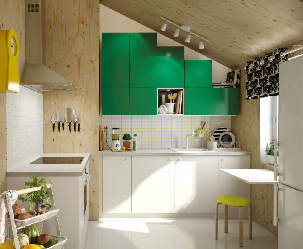 Kleine Küchenzeile in der Dachschräge; Foto: IKEA