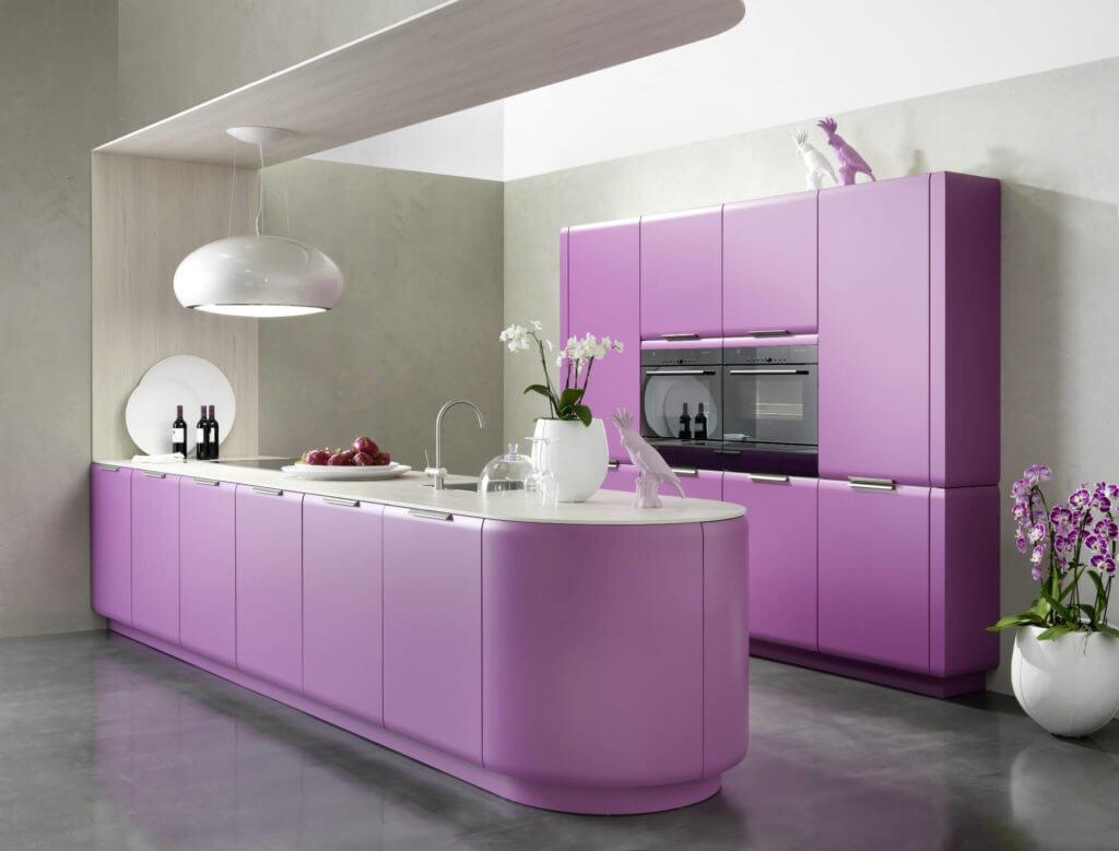 Moderne Küche in Lila. Foto: rational einbauküchen
