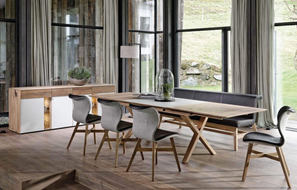 Schlichte Eszimmergruppe aus Holz im Landhausstil; Foto: Voglauer