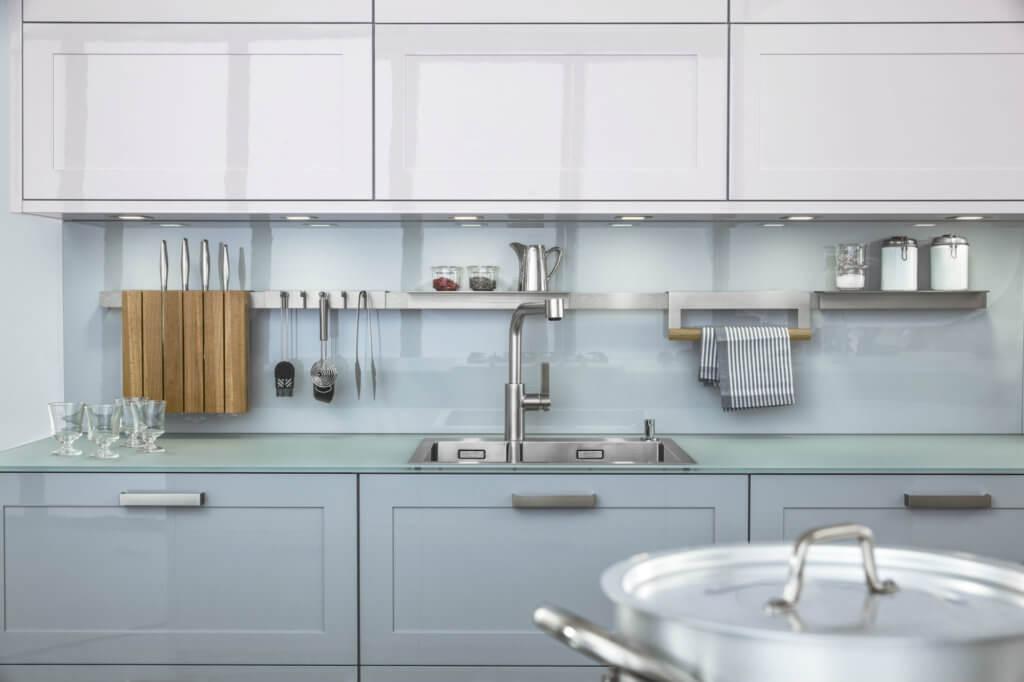 Küche mit Arbeitsplatte aus mattem Glas
