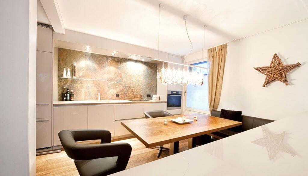 Küche mit Goldakzenten und Vorhang