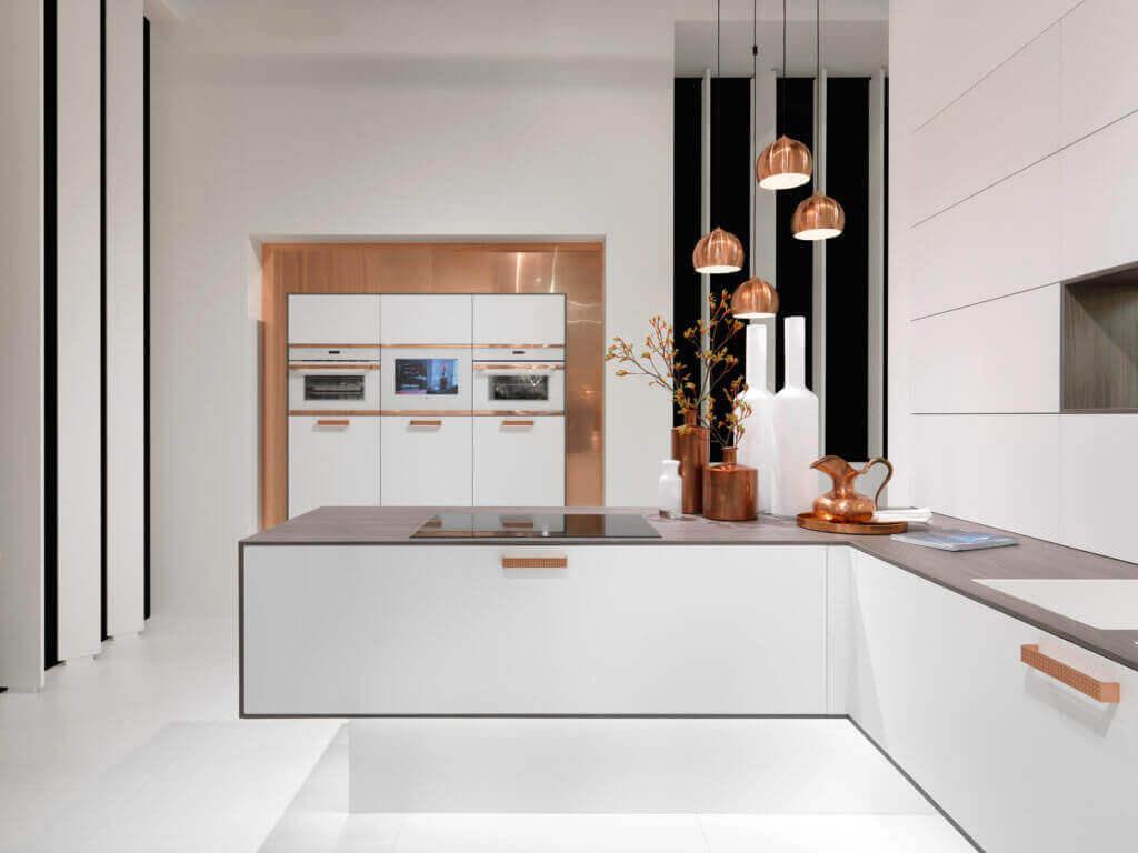 Moderne Küche mit Griffen in der Trendfarbe Kupfer; Foto: rational