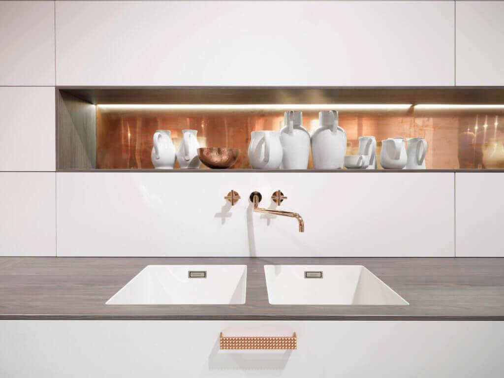 Weiße Küche mit Akzenten aus Kupfer; Foto: rational