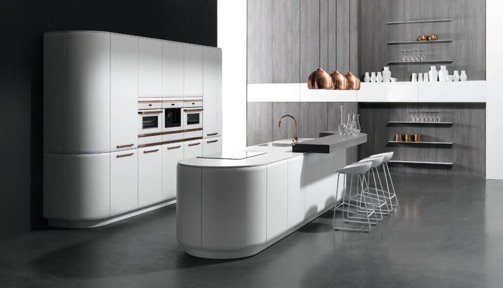 Weiße Küche Mit Armaturen Aus Kupfer; Foto: Rational