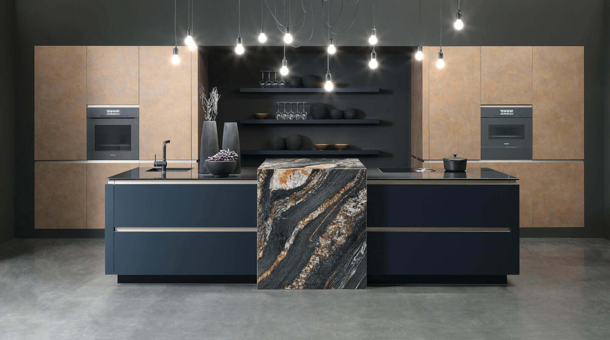 Küche mit Insel aus Marmor und Holz; Foto: rational