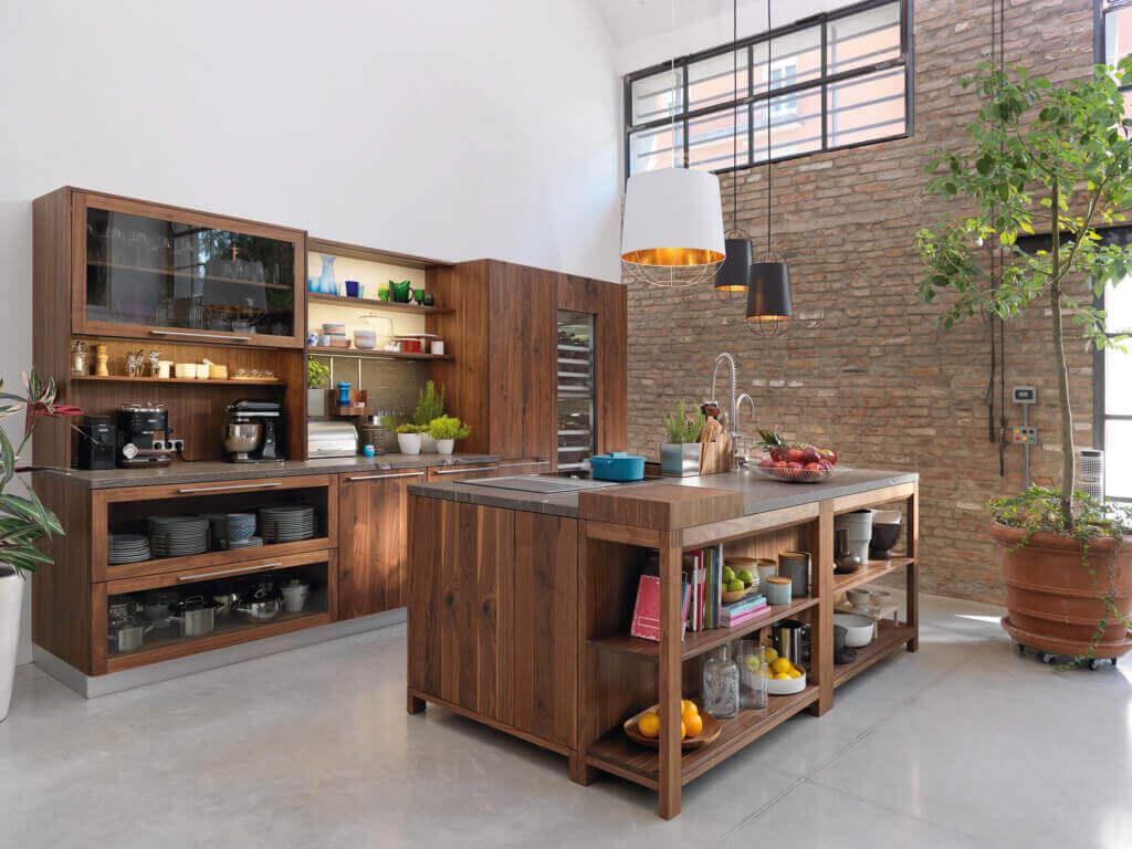 Offene Wohnküche ohne Griffe aus Holz; Foto: Team 7