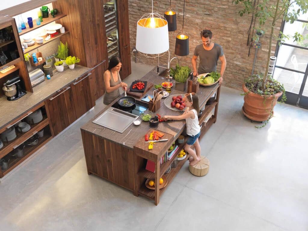 Offene Küche mit Insel aus Holz; Foto: Team7