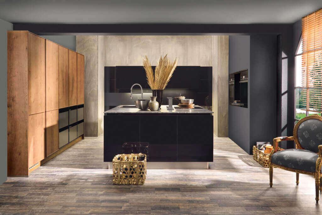 Offene Wohnküche mit schwarzer Kücheninsel und Schrankwand aus Holz; Foto: bauformat