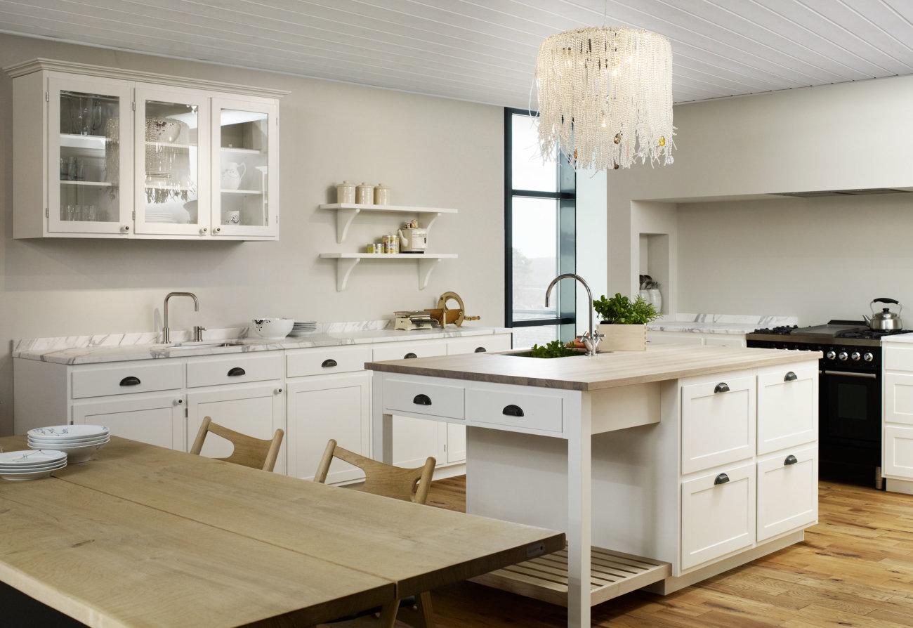 Weiße skandinavische Landhausküche, Foto: Multiform