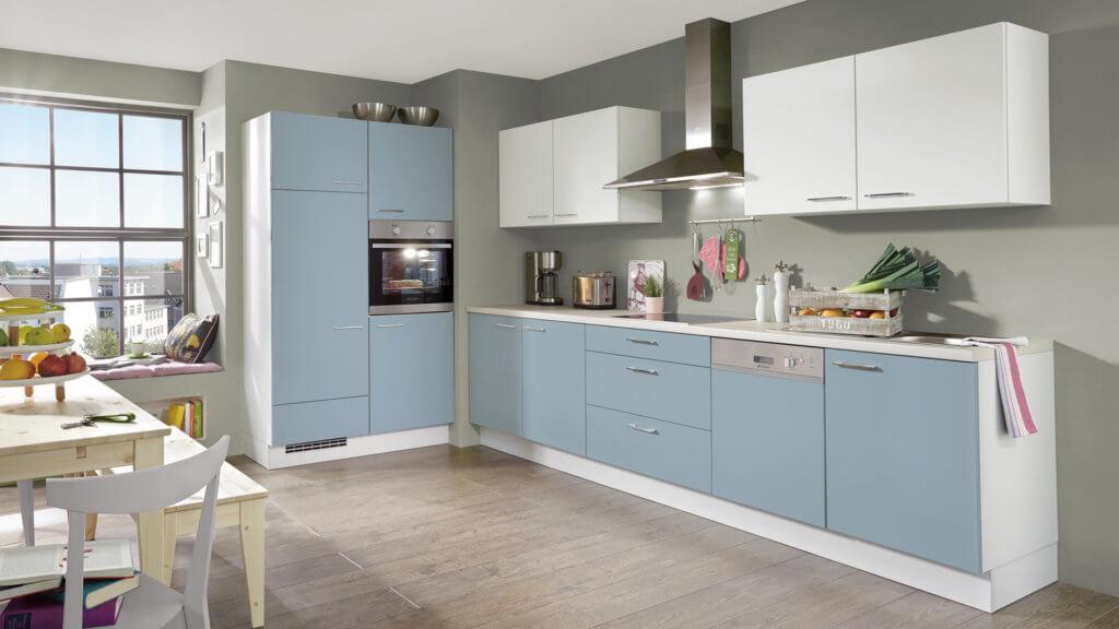Einfache Küchenzeile mit Hochschrank mit hellblauen Fronten; Foto: Nobilia Küchen