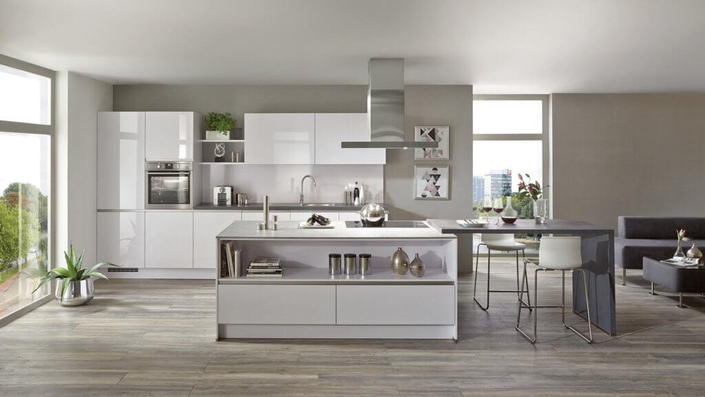 Küche mit Kochinsel und Spritzschutz aus Metall; Foto: Nobilia