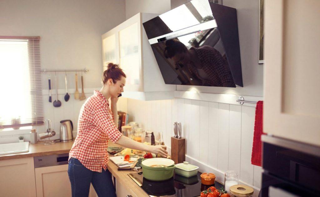 Ergonomisches Kochen mit der Arbeitsplatte auf der richtigen Höhe; Foto: Beko