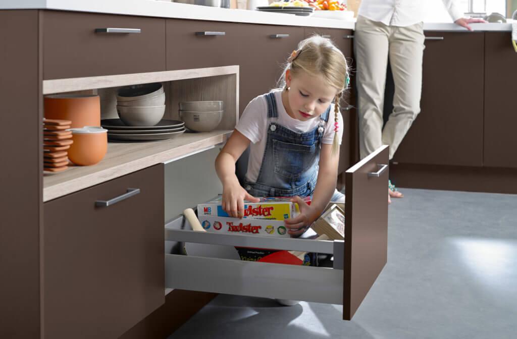 Eine Schublade mit interessanten Gegenständen lenkt Kinder ab; Foto: Häcker