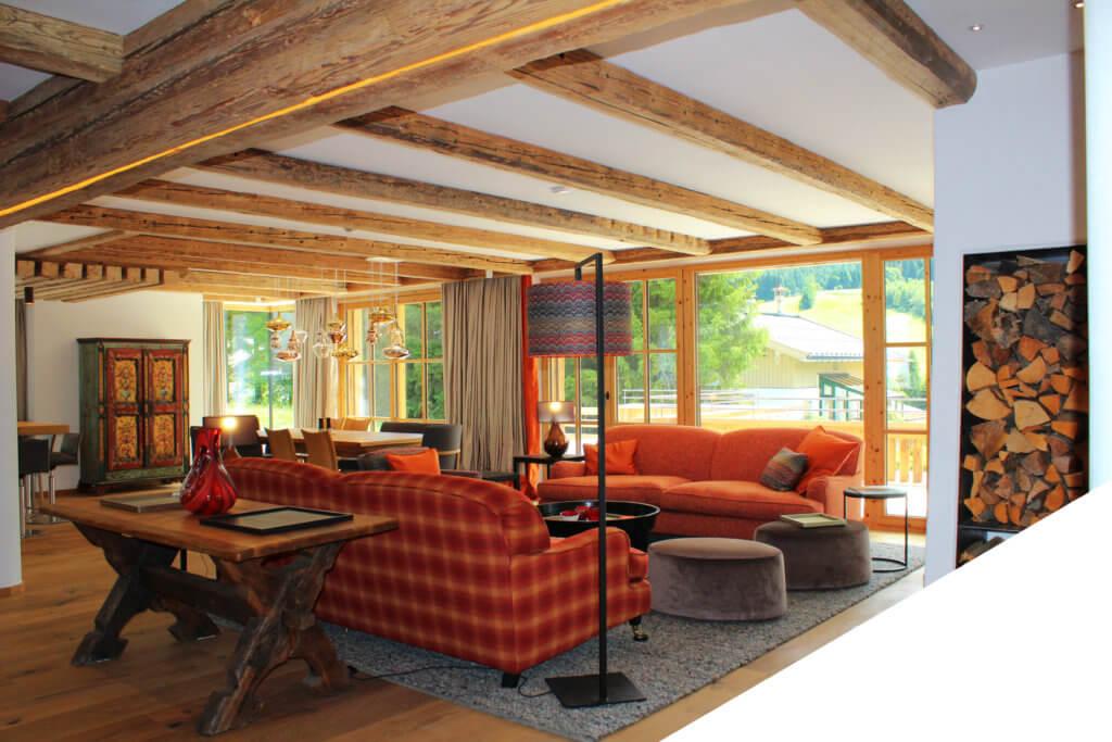 Auf dieses Wohnzimmer im modernen Landhausstil ist Herbert Toferer besonders stolz; Foto: Innenarchitektur Toferer