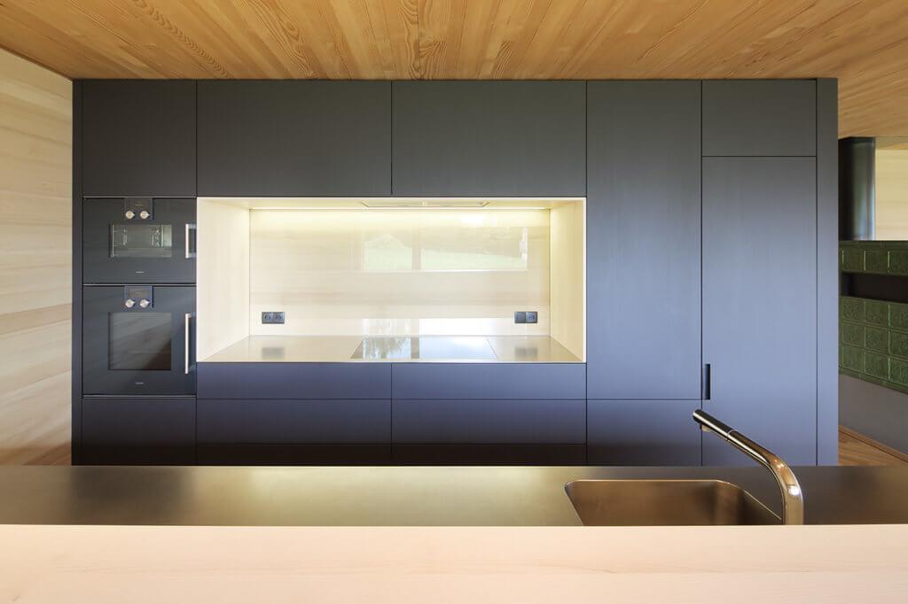 Moderne Küche mit schwarzen Fronten von Walter Steurer Tischlerei Holzig; Foto: holzig