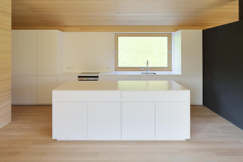 Küche mit Kochinsel von Walter Steurer Tischlerei Holzig; Foto: holzig