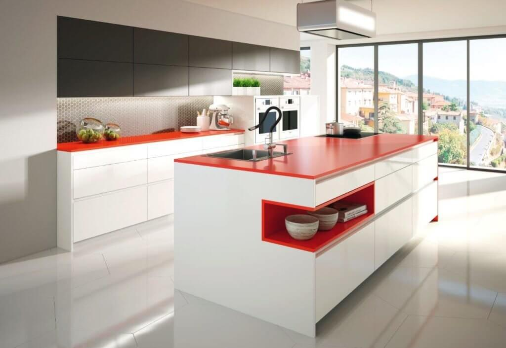 Grifflose Küche von DAN mit weißen Fronten und einer roten Arbeitsplatte; Foto: DAN Küchen