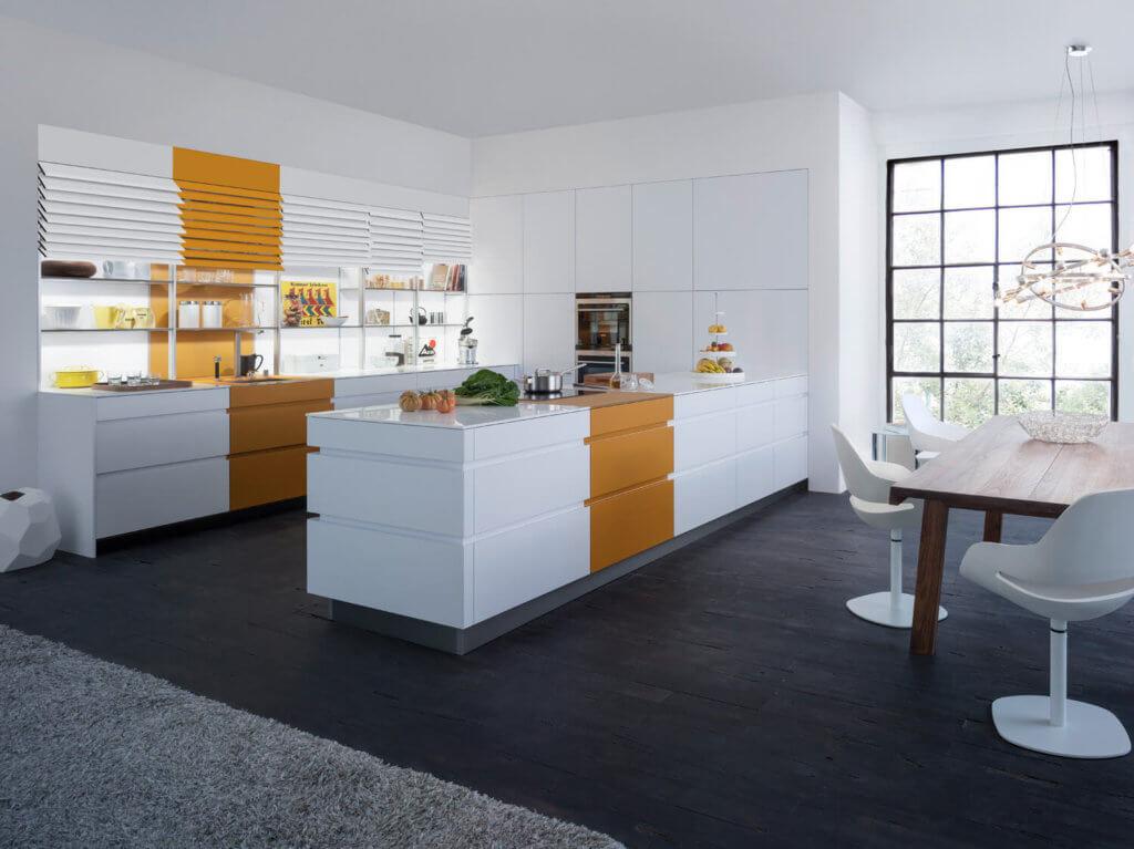 Küche mit Griffmulden in Weiß und Orange; Foto: Leicht Küchen