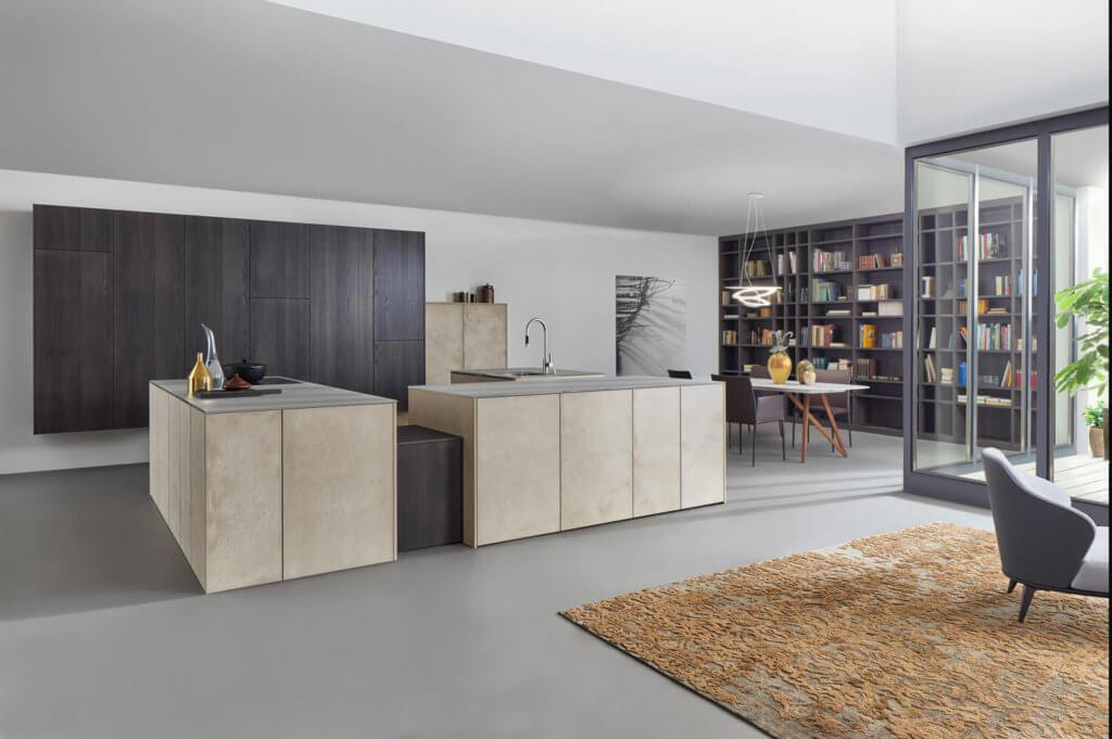 Grifflose Kücheninsel in Stein-Optik mit Tip-On-Beschlägen; Foto: Leicht Küchen
