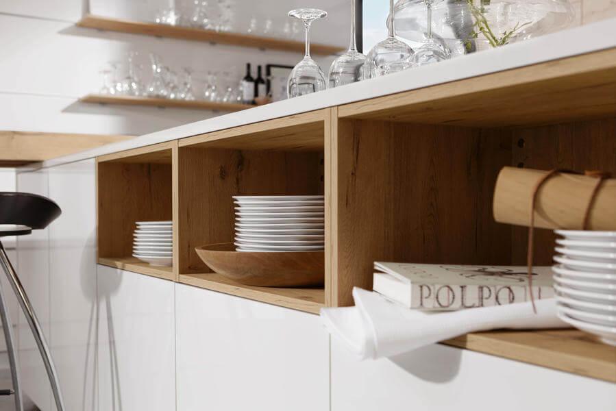 Kochinsel mit offenen Regalen in Holz-Optik; Foto: Nolte Küchen