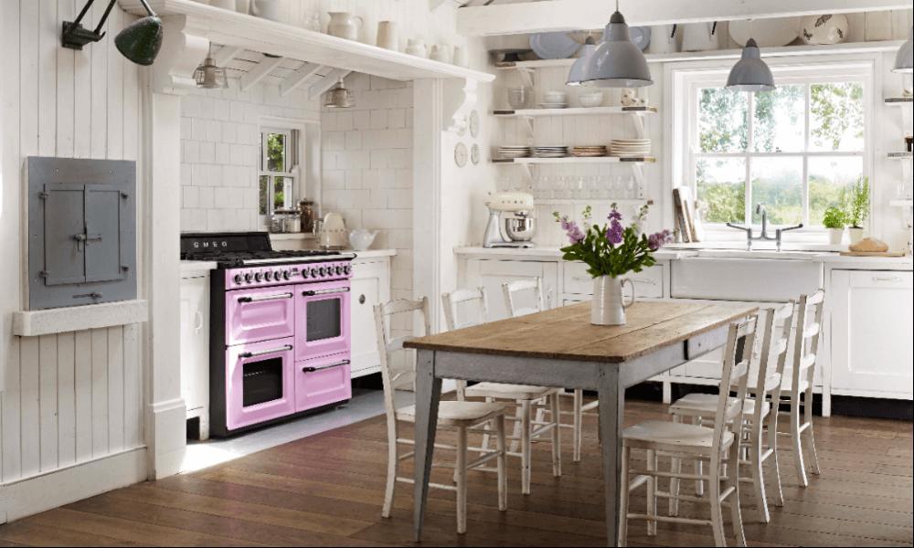 Landhausküche mit pinkem Range Cooker mit Backofen, Induktion, Gas und Pyrolyse; Foto: Smeg