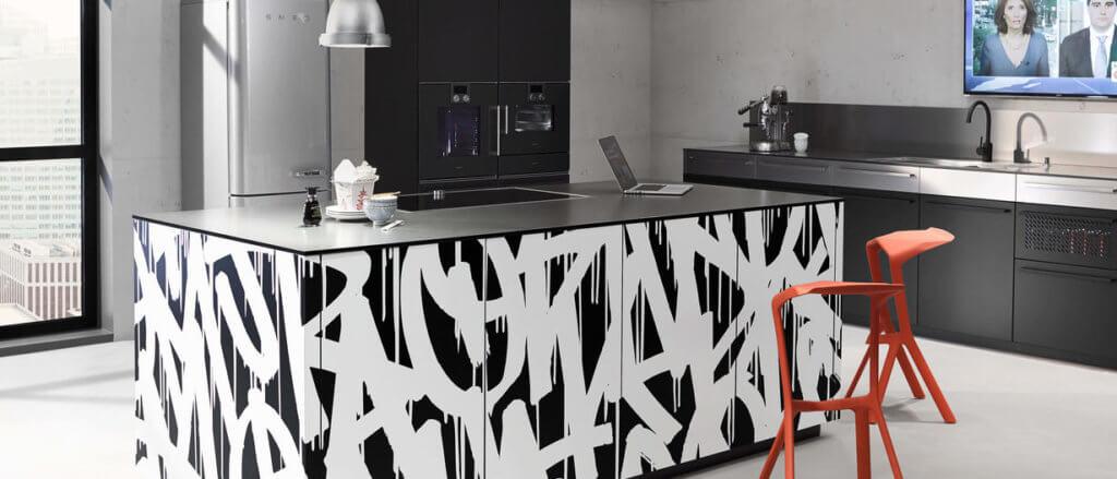 Küche mit Kochinsel in Graffiti-Design; Foto: Nolte Küchen