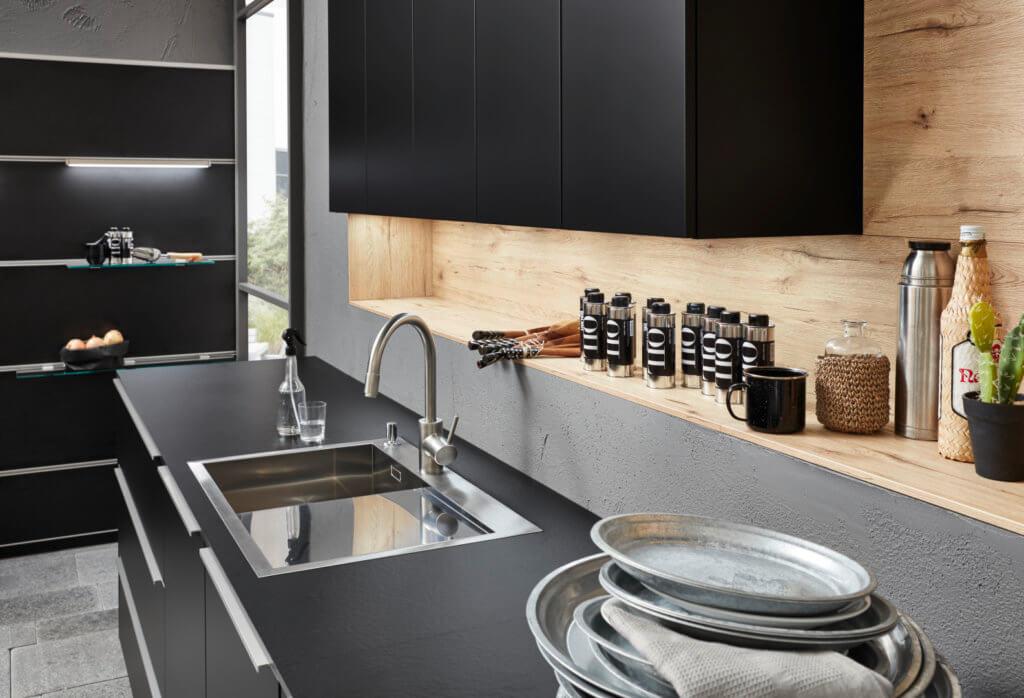 Küche mit schwarzen, matten Fronten; Foto: Nolte Küchen