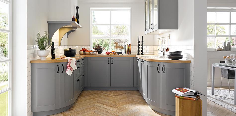 Küche mit grauen Unterschränken in unterschiedlichen Maßen und Formen; Foto: Schüller