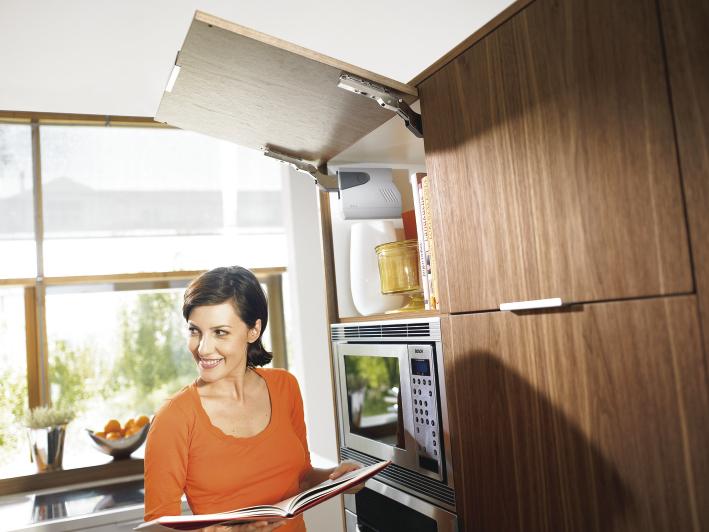 AVENTOS HK - Einfache Hochklappen Anwendung mit Platz zum Kochen; Foto: Julius Blum GmbH