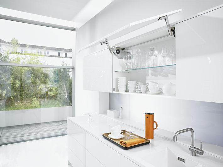 Blum AVENTOS HS Ist Ein Besonderes Klappensystem Für Besonders Große,  Einteilige Oberschränke In Grifflosen Küchen. Selbst Große Fronten  Schwenken Mit ...