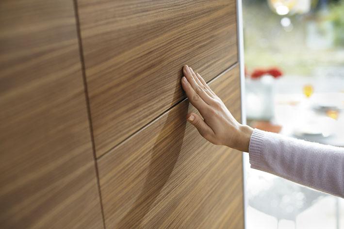 Blum AVENTOS HK mit Tip-On in der grifflosen Küche; Foto: Julius Blum GmbH