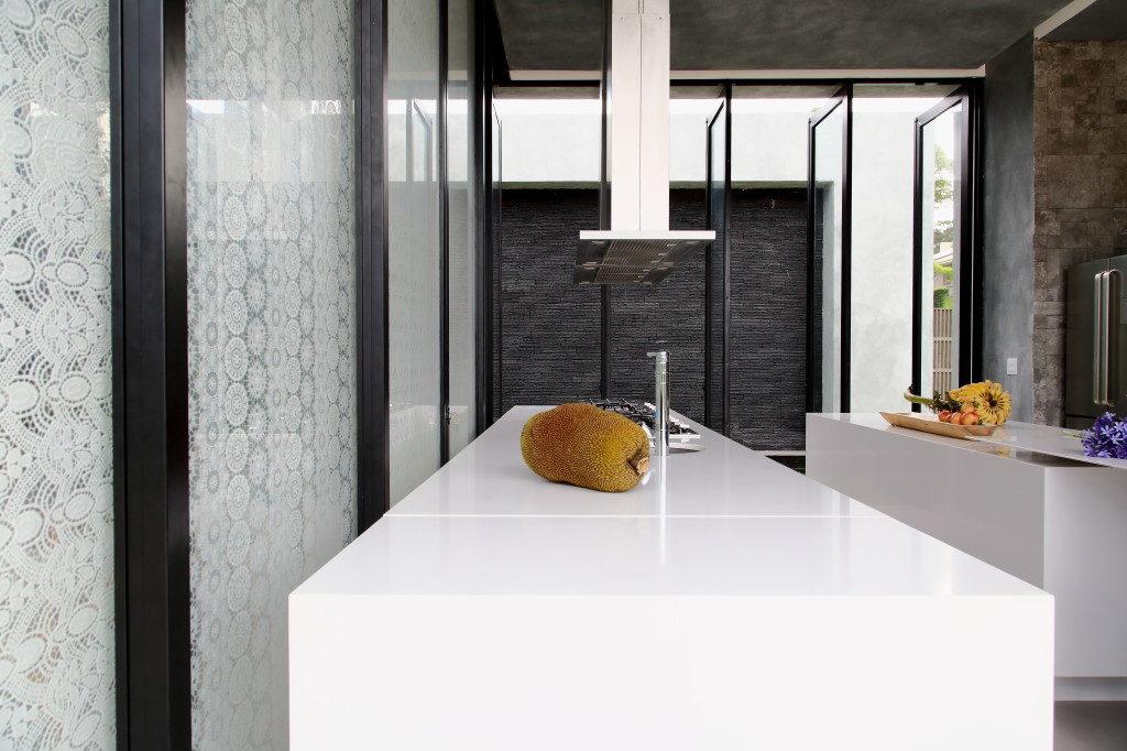 Küche mit Insel und Arbeitsplatte aus Silestone; Foto: Silestone Consentino