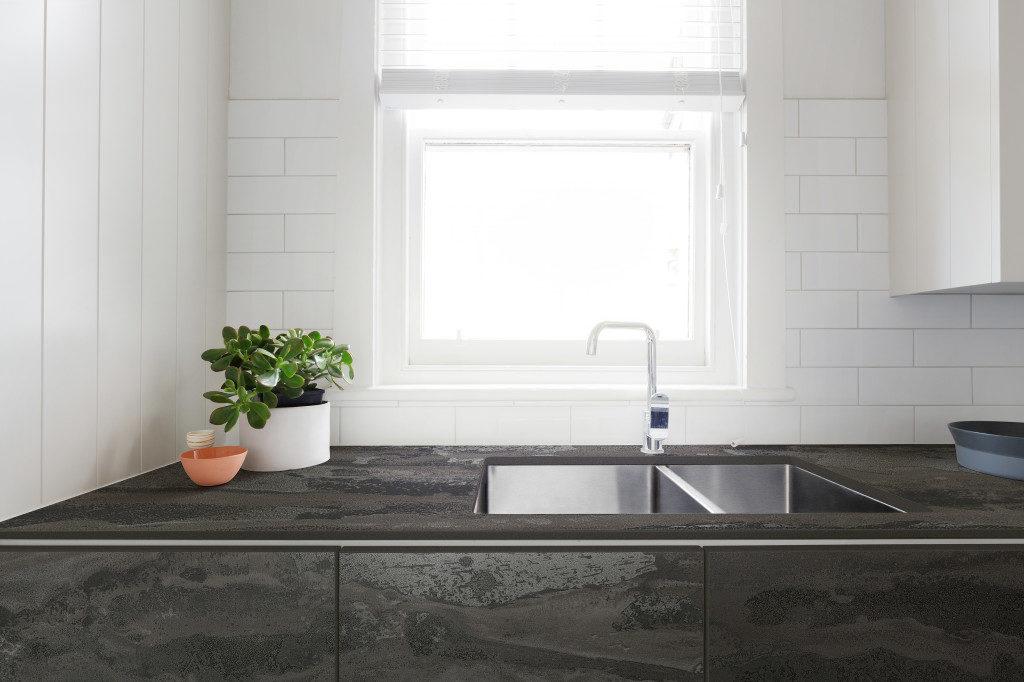 Küche mit Spüle mit Arbeitsplatte und Fronten aus Dekton; Foto: Dekton Consentino