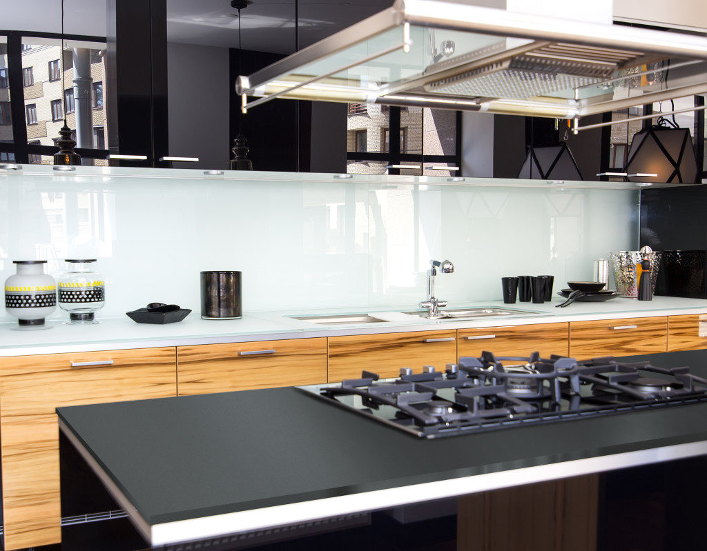 Küche mit Gaskocher und dünner Arbeitsplatte aus Silestone; Foto: Silestone Consentino