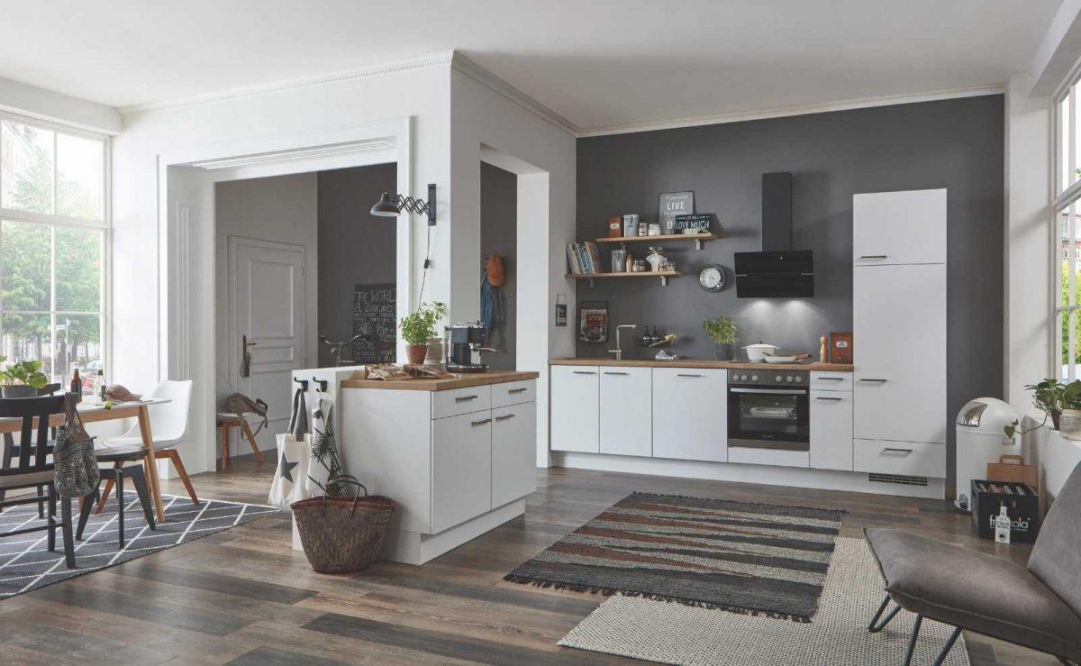 Moderne Küche von nobilia elements mit weißen Fronten und Holzoptik; Foto: nobilia