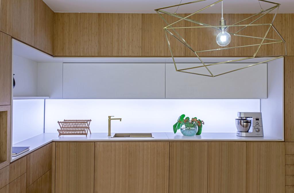 Leuchte mit weißem Licht in moderner Holzküche; Foto: