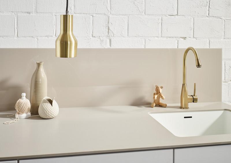 Küche mit Arbeitsplatte und Nischenrückwand aus Kunststein