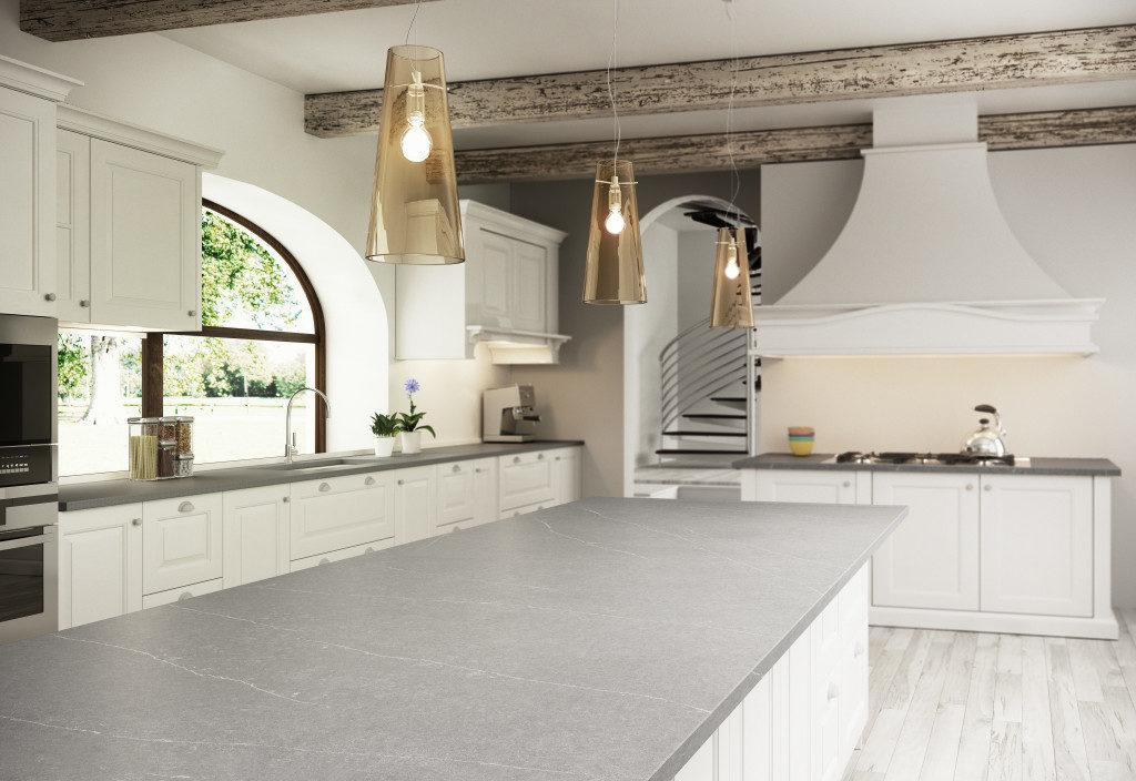 Landhausküche mit Arbeitsplatte aus Silestone in Steinoptik; Foto: Silestone