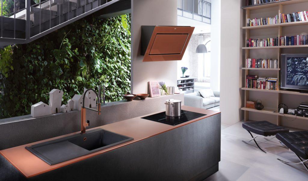 Küchenzeile mit schwarze Spüle und Abtropffläche links; Foto: Franke