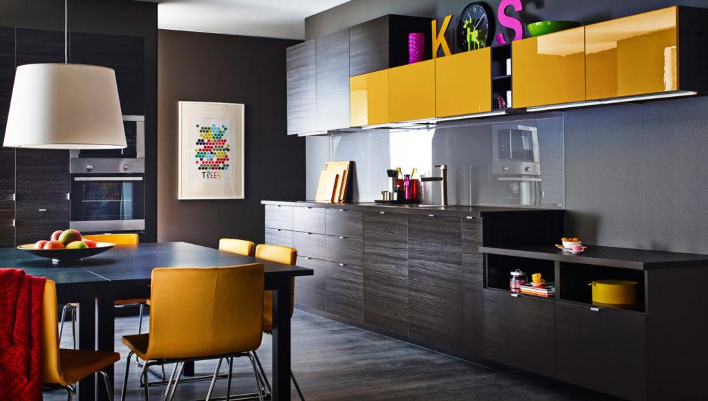 Küchenzeile mit bunten Hochglanzfronten; Foto: IKEA