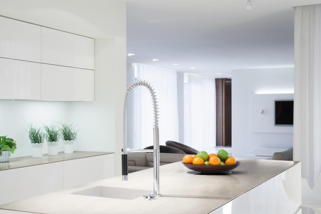 Weiße Küche mit grauer Küchenarbeitsplatte in Betonoptik; Foto: Dekton Consentino