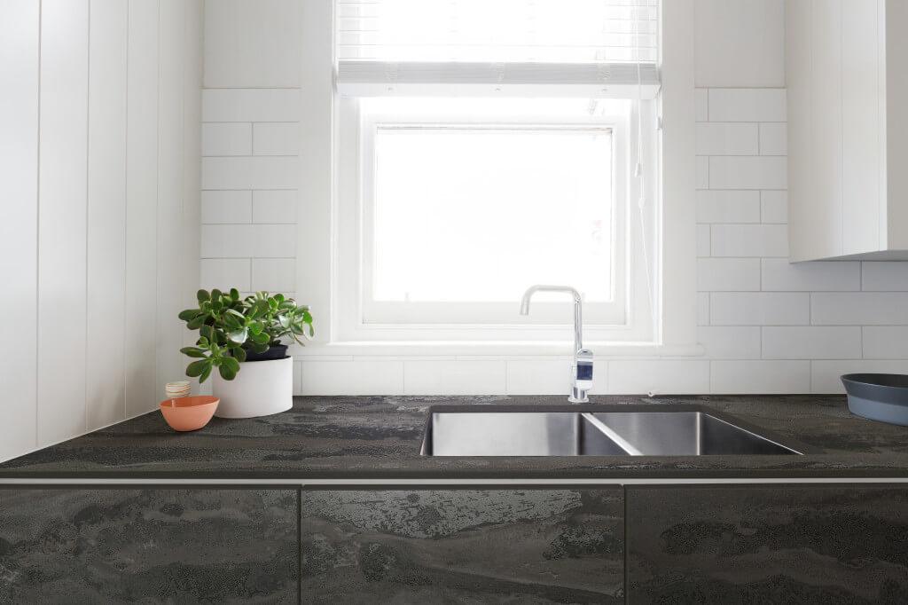 Dunkelgraue Design-Küche mit grauer/schwarzer Dekton-Küchenarbeitsplatte; Foto: Dekton Consentino