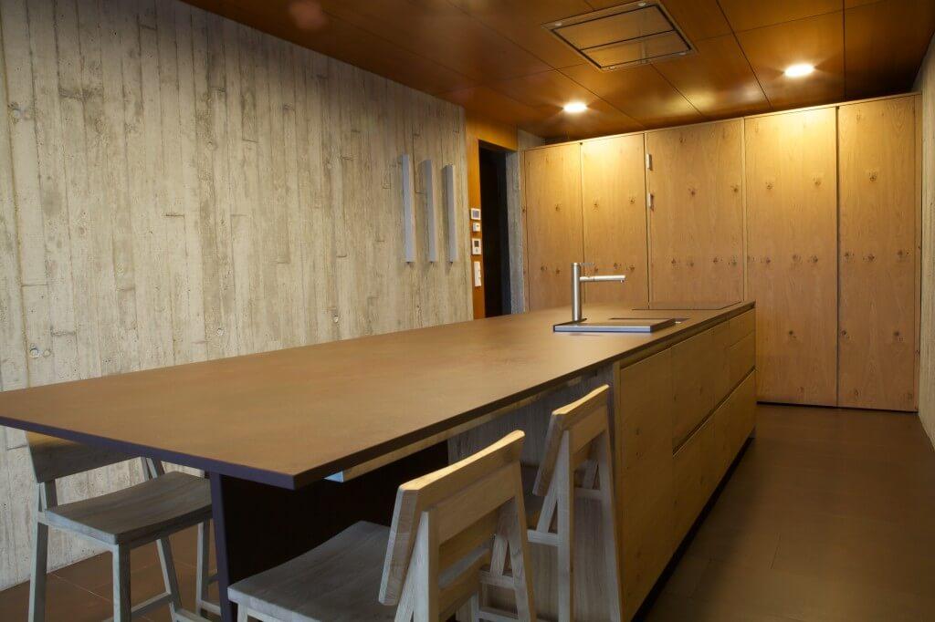 Tischlerküche aus Holz mit brauner Arbeitsplatte aus Dekton; Foto: Dekton Consentino