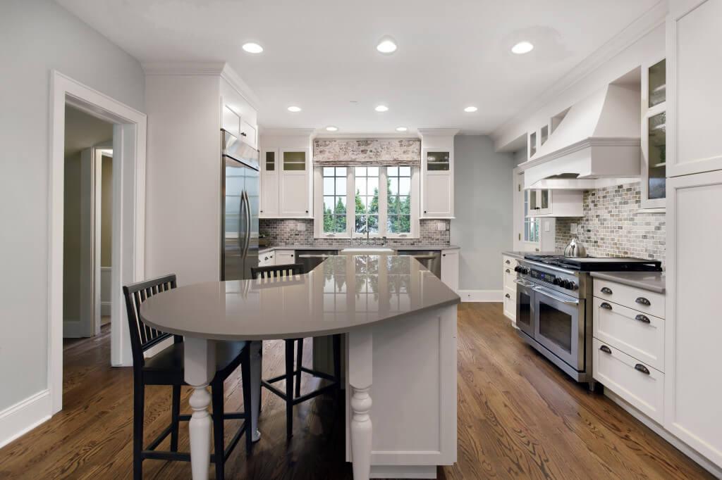 Weiße Landhausküche mit grauer Küchenarbeitsplatte aus Dekton; Foto: Dekton Consentino