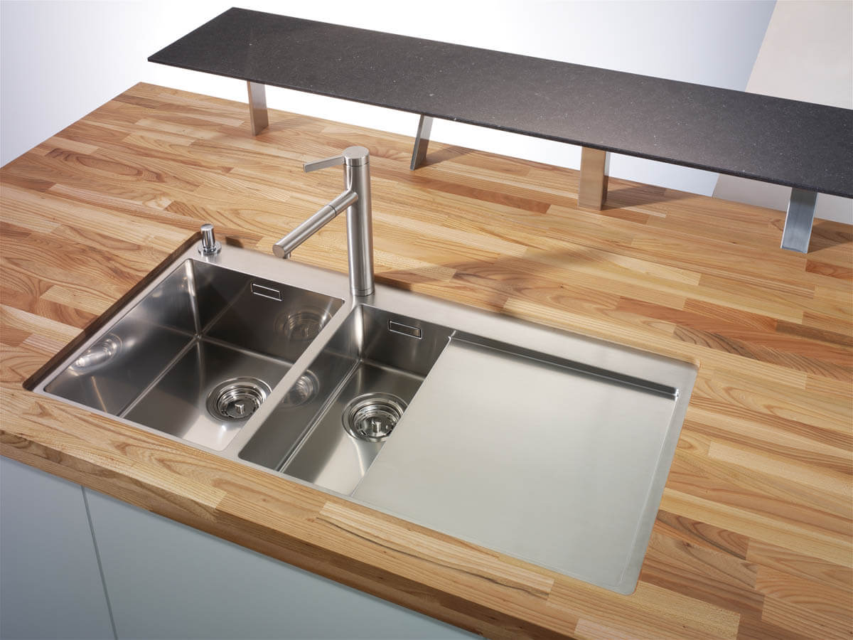 Küchenarbeitsplatte aus Massivholz Ulme. Foto: © Lechner
